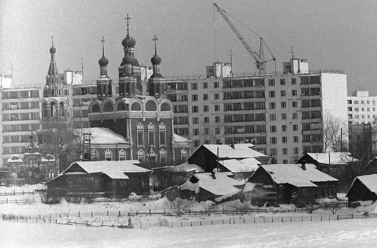 Москва, Юго-запад, церковь Михаила Архангела, д.тропарёво, на заднем плане дом № 123 по пр.вернадского, примерно 1972 г.